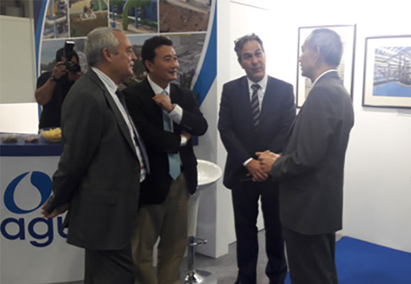 Singapore's Permanent Secretary for the Environment and Water Resources visits Tedagua's stand at Singapore International Water Week 2016